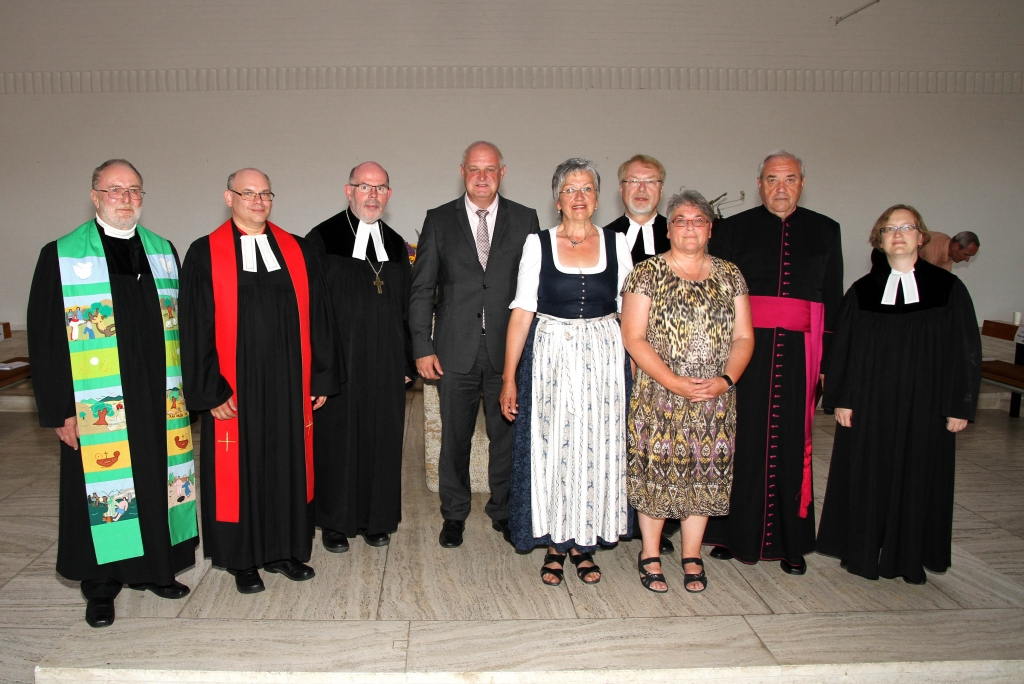 Ehrengäste mit Geistlichen zum 50 jährigen Kirchenjubiläum