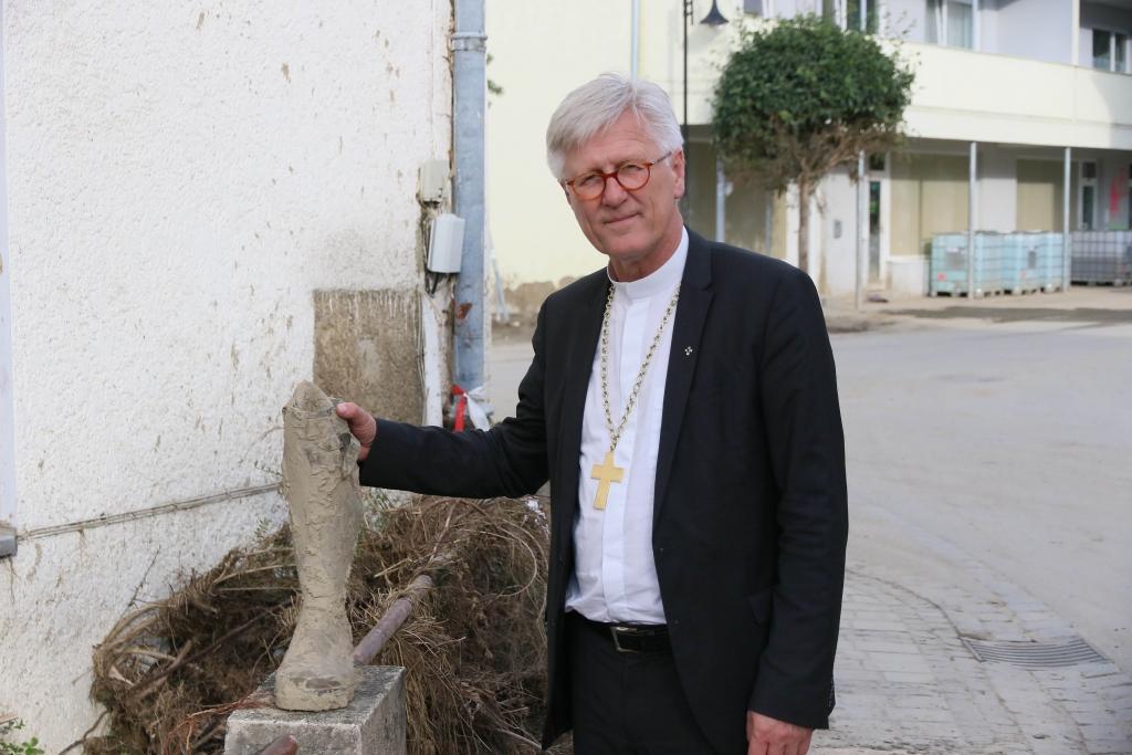 Landesbischof Dr. Heinrich Bedford-Strohm beim Rundgang durch die zerstörte Innenstadt
